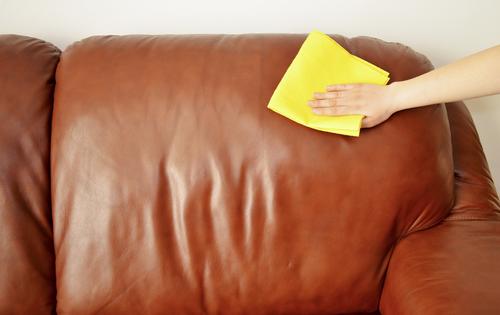 Membersihkan Sofa dengan Lap Basah