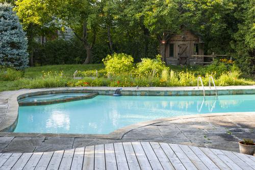 Kolam Renang dengan Taman yang Sejuk