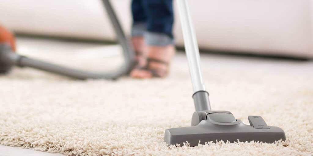 Bersihkan karpet bulu dengan vacuum cleaner