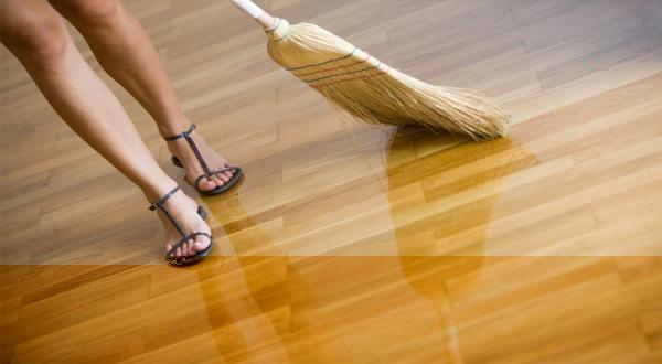 Menyapu lantai kayu