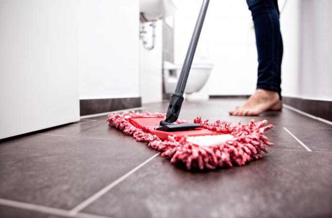 mengepel lantai keramik