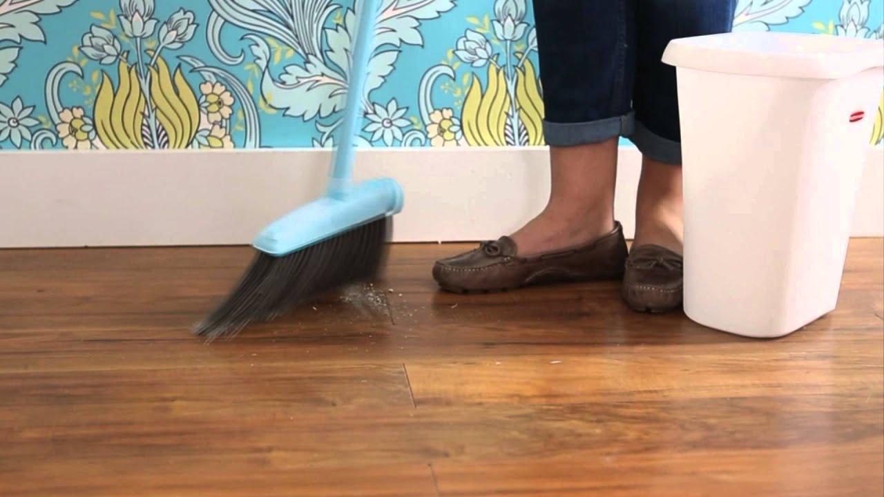 membersihkan lantai bagian pinggir dengan sapu