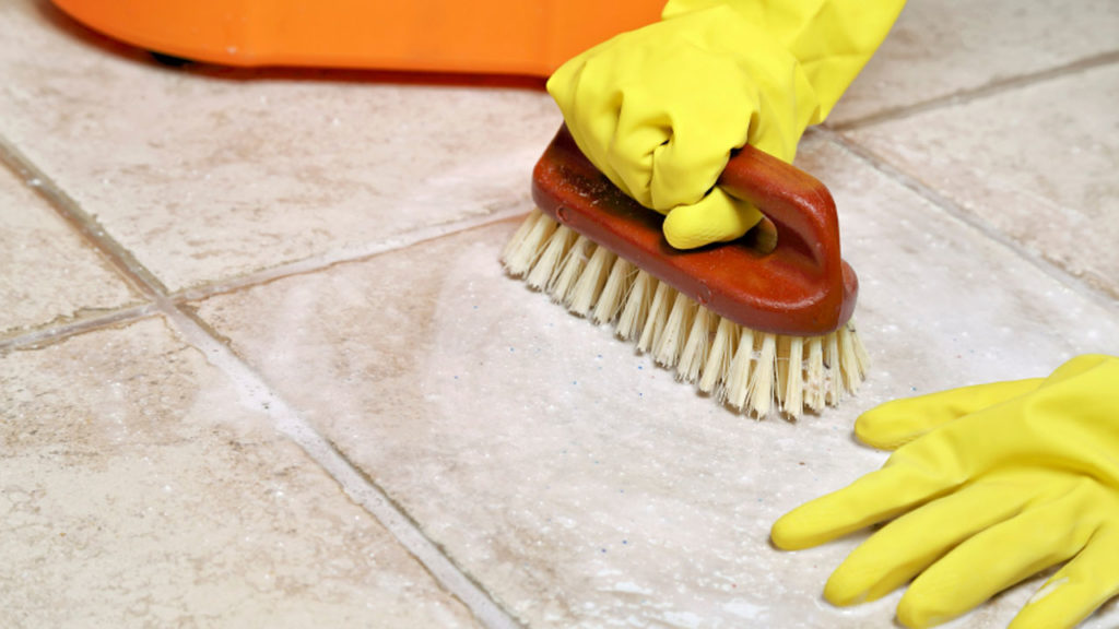 menyikat lantai rumah