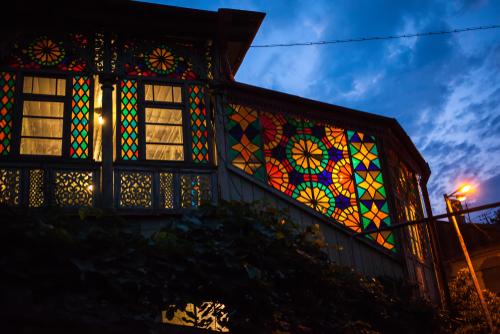 Jendela Rumah dengan Kaca Patri