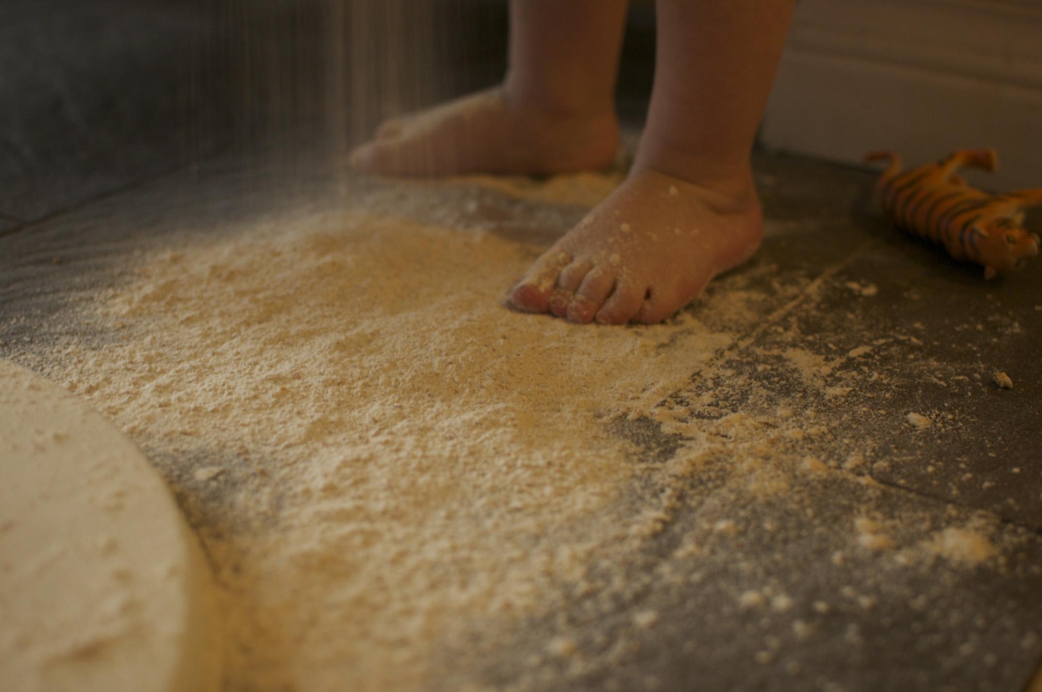 membersihkan keramik dengan tepung terigu