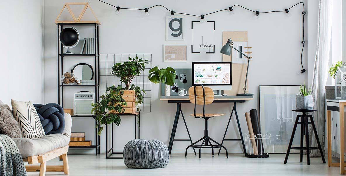 menata meja kerja dengan menambahkan tanaman