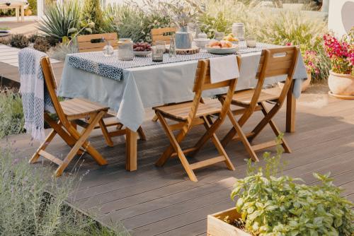 Area Makan di Taman Rumah