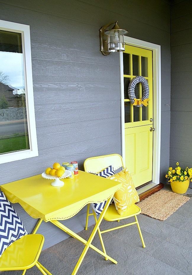 Teras Rumah dengan Sentuhan Warna Lemon