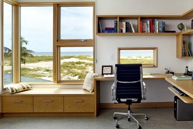 ruangan kerja rumah dengan cahaya alami