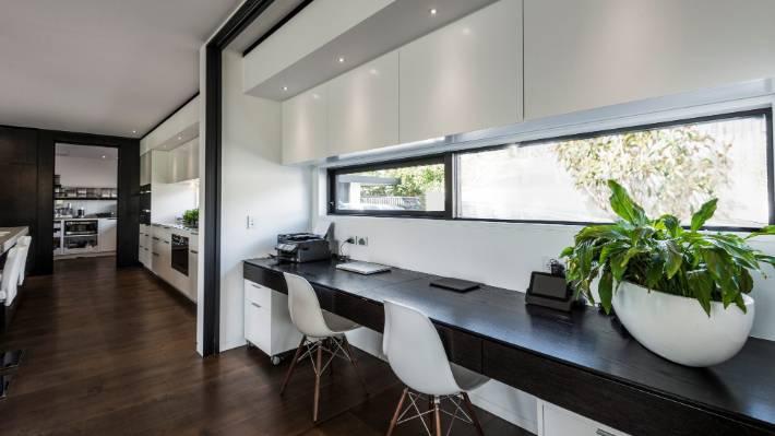 ruang kerja di rumah dengan desain minimalis