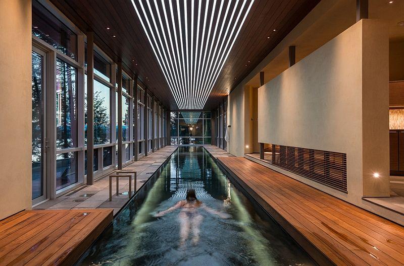 kolam renang dengan interior kayu