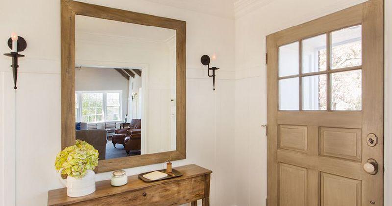 foyer rumah dengan cermin