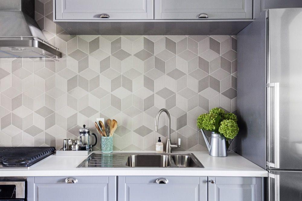 Backsplash berbentuk geometris dapur modern