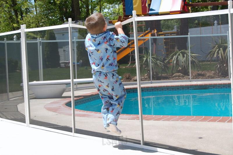 Berikan pembatas untuk kolam renang atau kolam ikan