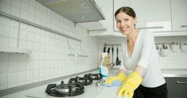 Bersihkan setiap permukaan agar rumah bersih