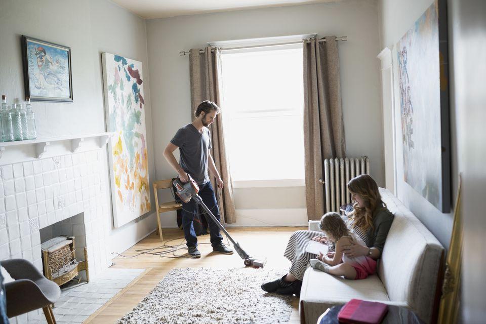 Buat jadwal rutin bersih-bersih rumah agar rumah bersih