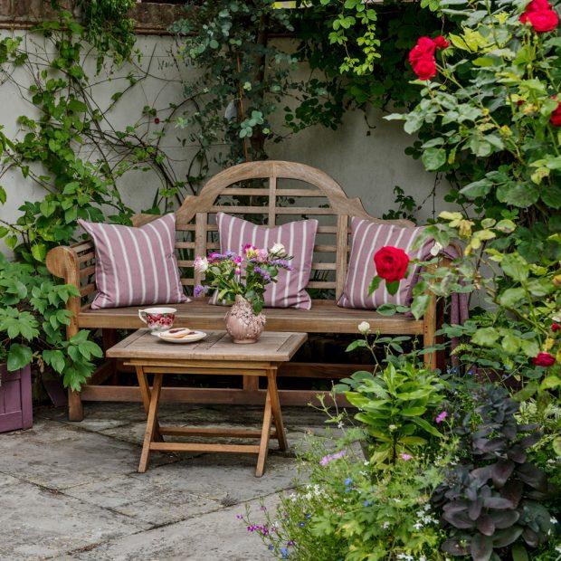 Inspirasi halaman rumah unik dengan tempat nyaman untuk bersantai