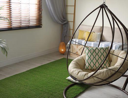 Interior Modern dengan Rumput Sintesis dan Kursi Ayun dalam Rumah