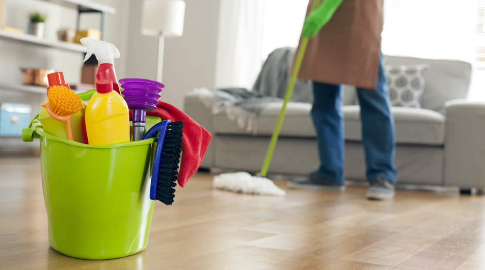 Siapkan seperangkat alat bersih-bersih agar rumah bersih