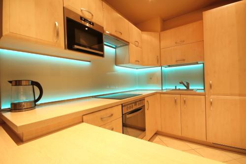 dapur dengan back-lit