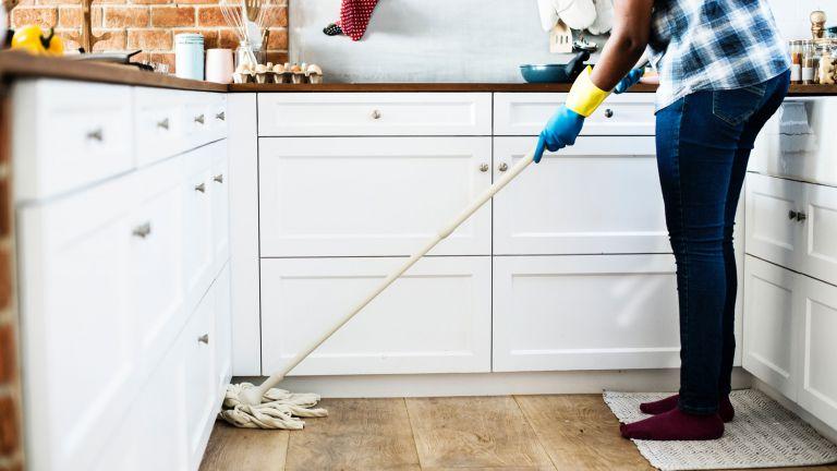 bersihkan ruangan atau barang setelah menggunakannya agar rumah bersih
