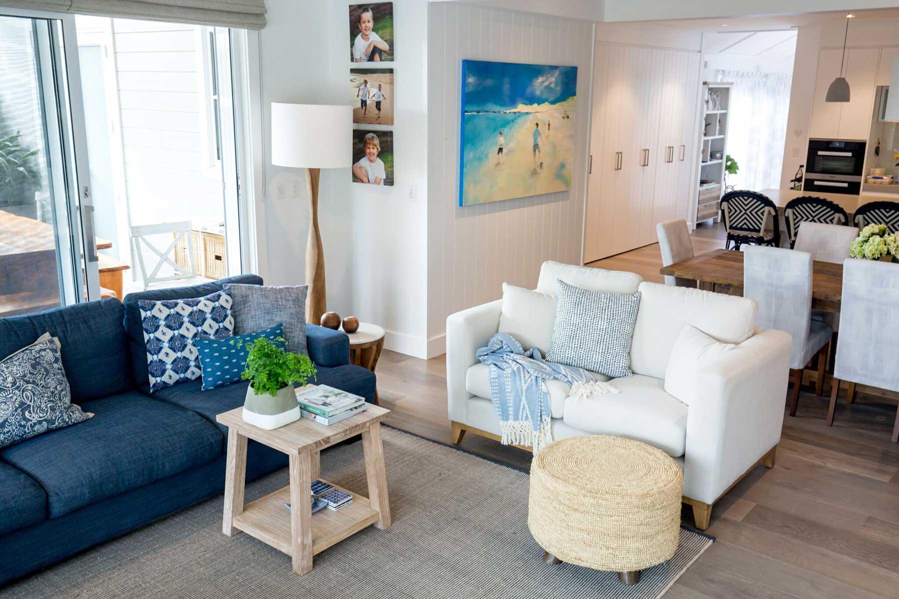 ruangan dengan desain interior coastal