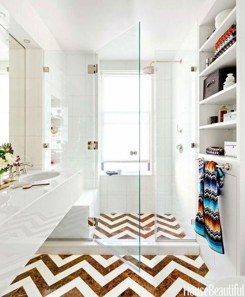 Motif zigzag atau chevron ubin kamar mandi