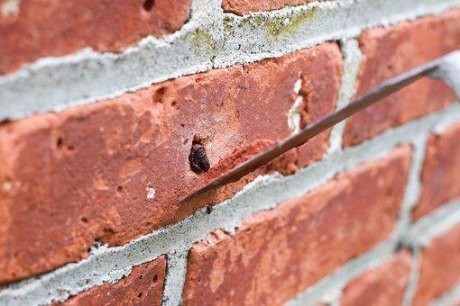 lubang di tembok rumah