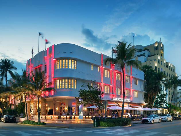 Bangunan dengan sisi melengkung pada desain art deco