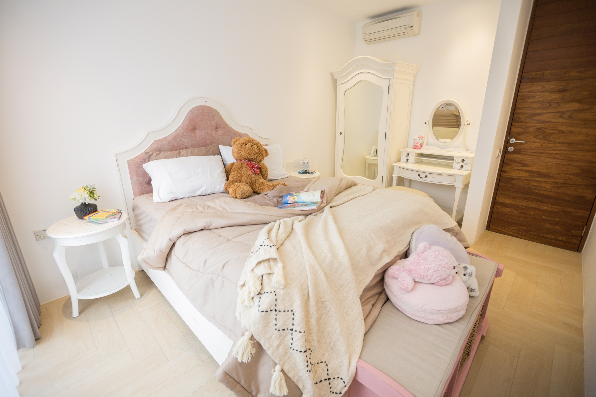 Kamar Tidur Kiyomi dengan Meja Rias Aries dan Pakaian Kaca Provence