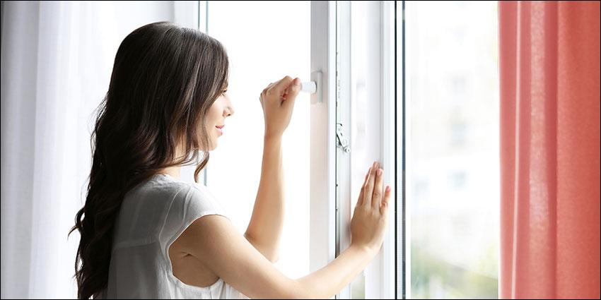 membuka jendela rumah