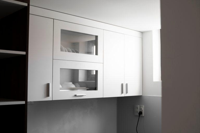Rak Piring Kaca 768x512 - 5 Model Rak Piring untuk Melengkapi Dapur Rumah