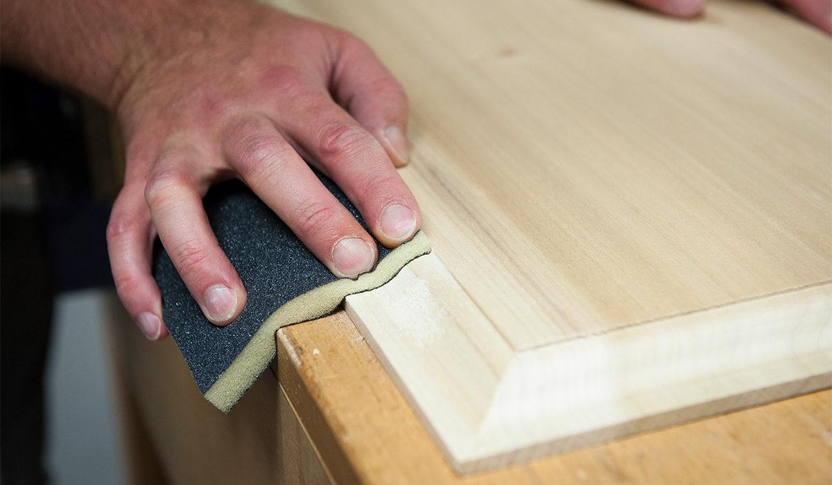mengamplas menghaluskan kayu