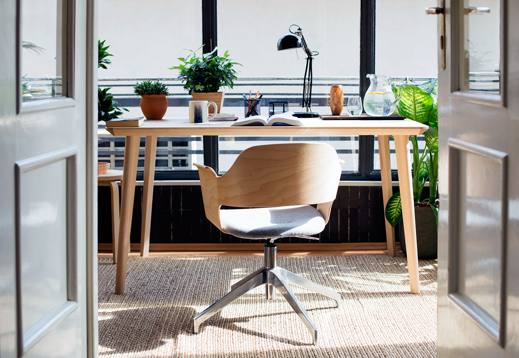 Masukkan view luar saat mendekor ruang kerja di rumah