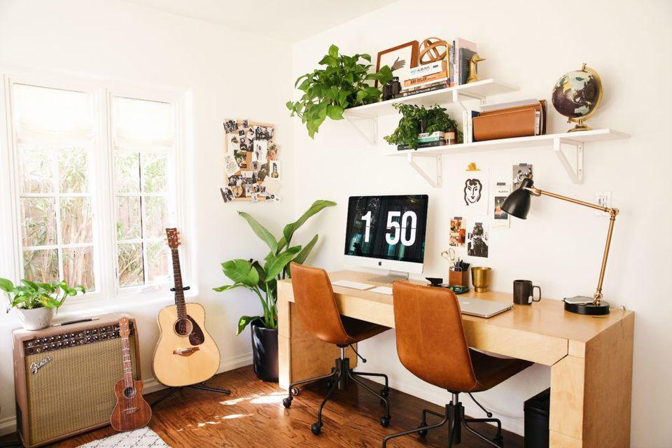 penyimpanan stylish untuk mendekor ruang kerja di rumah