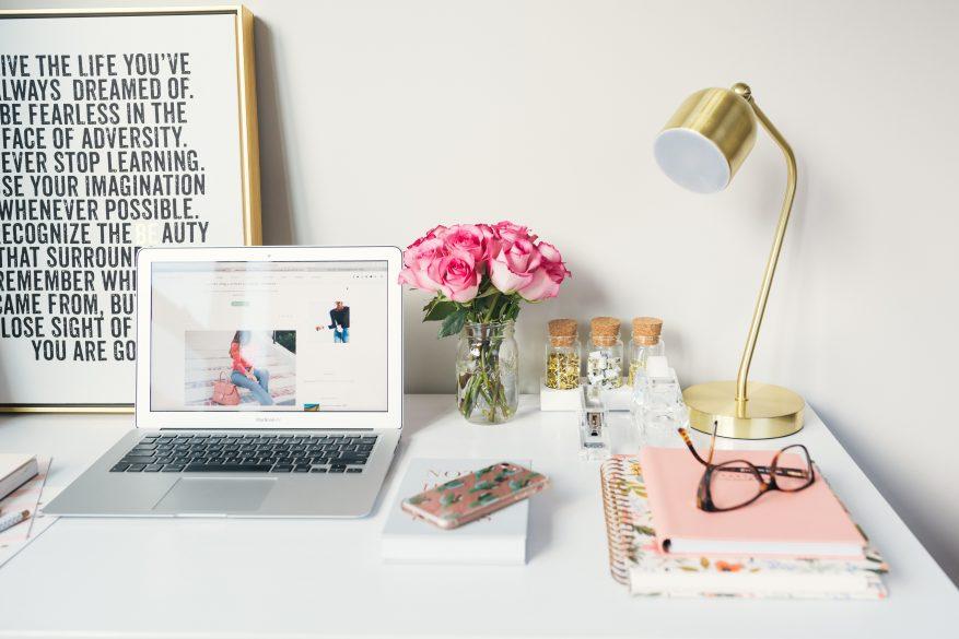 work from home nyaman di rumah dengan meja rapi