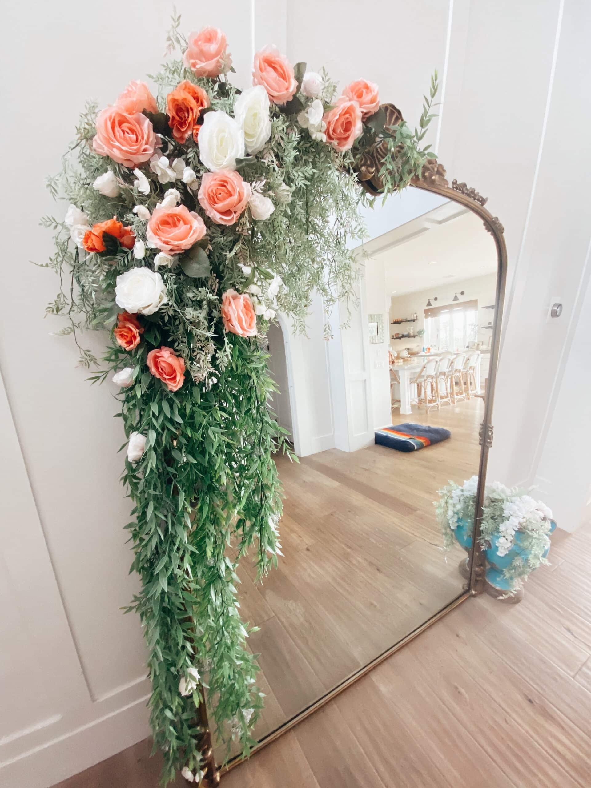 DIY dekorasi floral Cermin dengan aksen floral