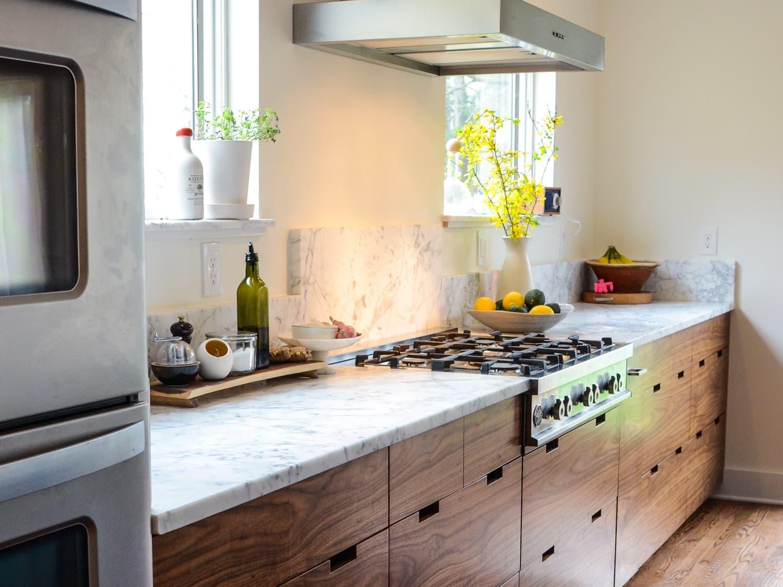 Countertop marmer di kitchen set kayu